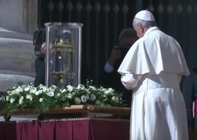 Pape François devant le coeur de monsieur Vincent