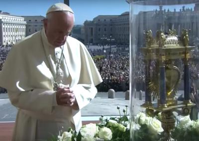 Pape Francois devant le coeur de monsieur Vincent