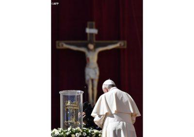 el-papa-ante-las-reliquias-de-san-vicente-de-paul